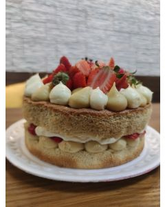Naked cake funcional de morango com creme - 18 cm